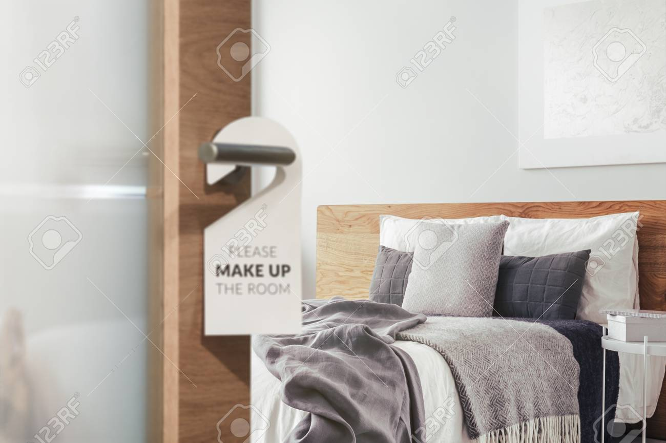 Information tag on the door of a hotel bedroom left for the cleaner to clean up - 97578292