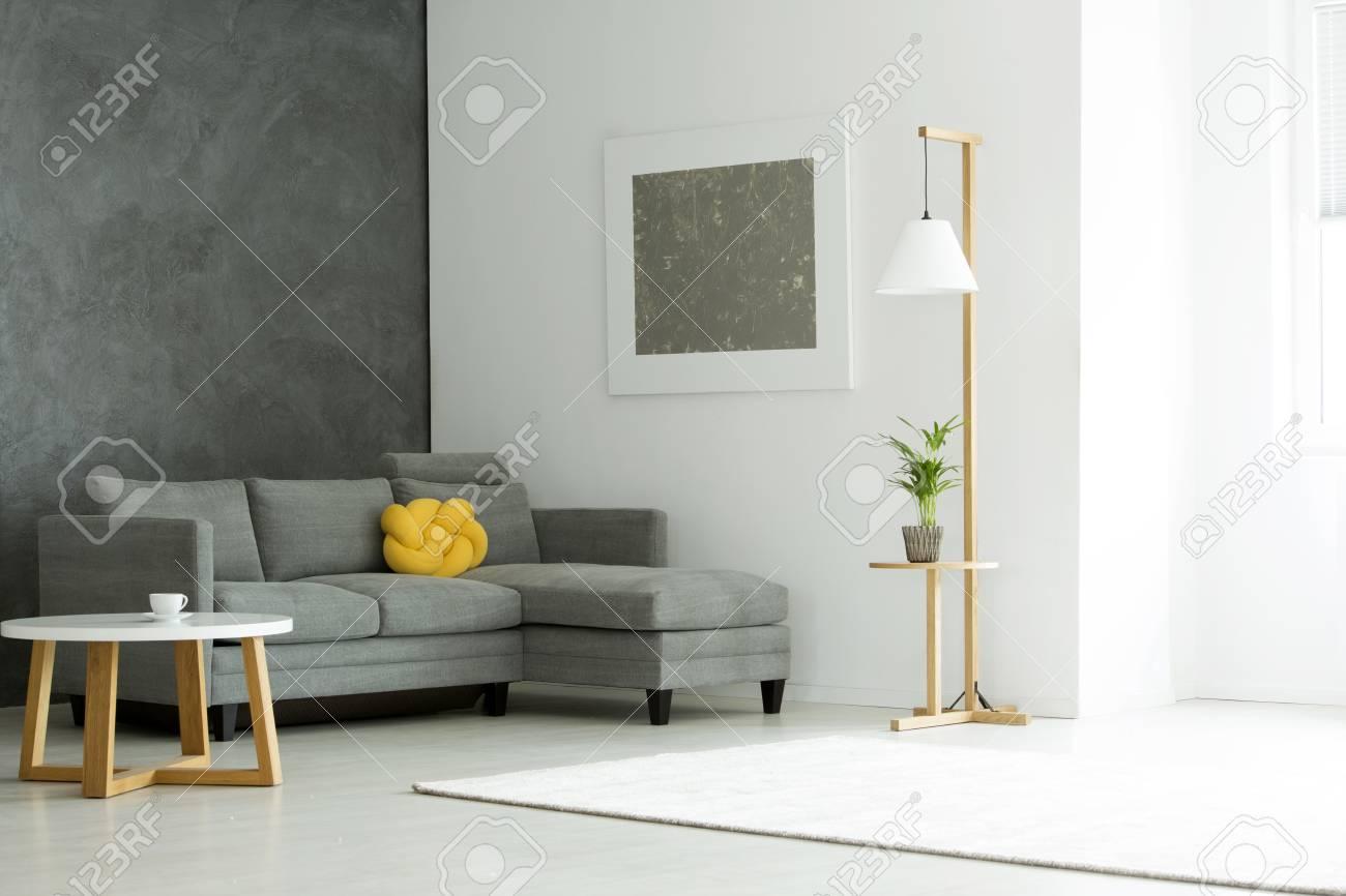Peinture Grise Sur Le Mur Blanc Au Dessus De Canapé Avec Oreiller Jaune Dans Un Intérieur Intérieur Avec Plante Et Table
