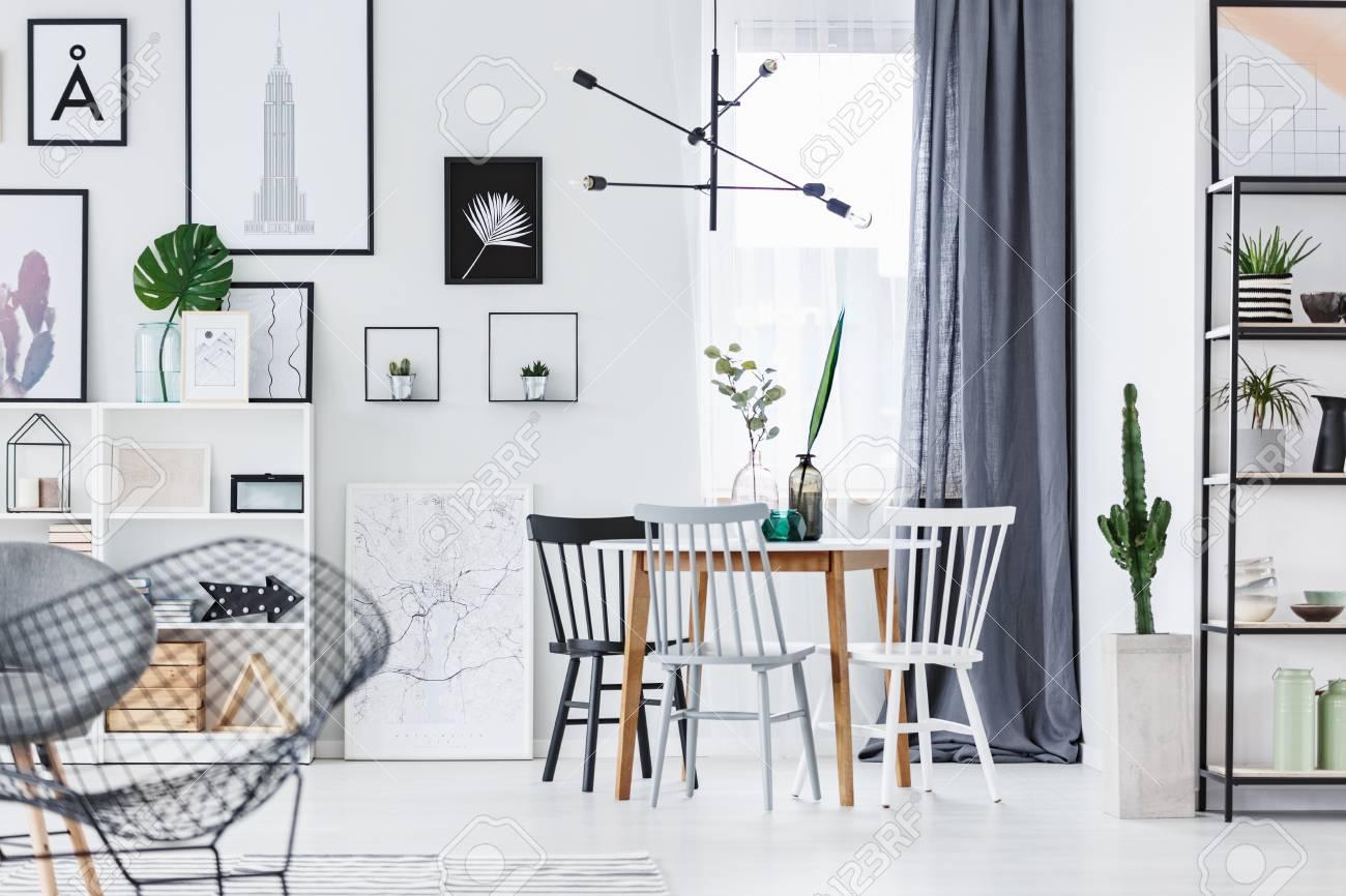Lampe Design Moderne Suspendue Au Dessus D Une Table En Bois A L