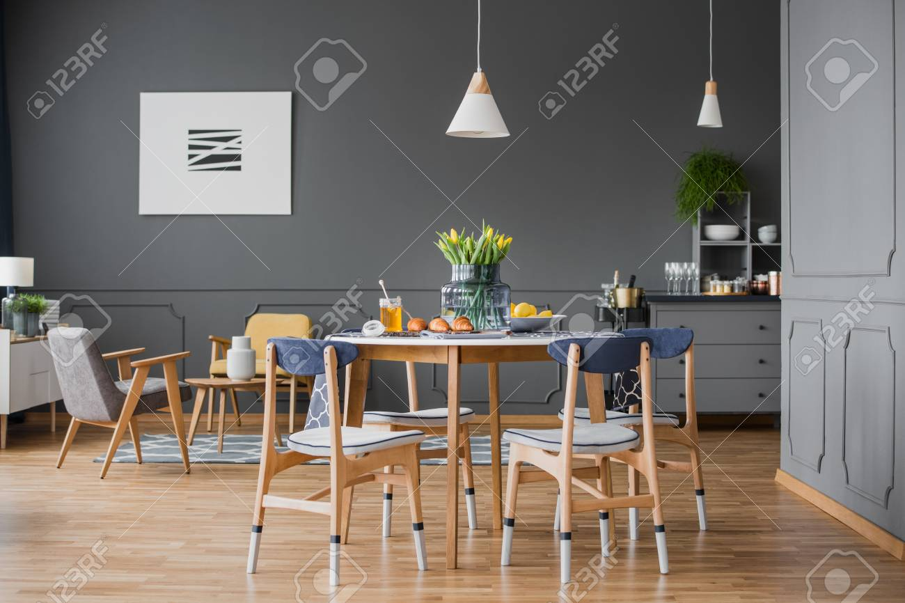 Une Table En Bois Et Chaises Dans Une Salle A Manger Gris