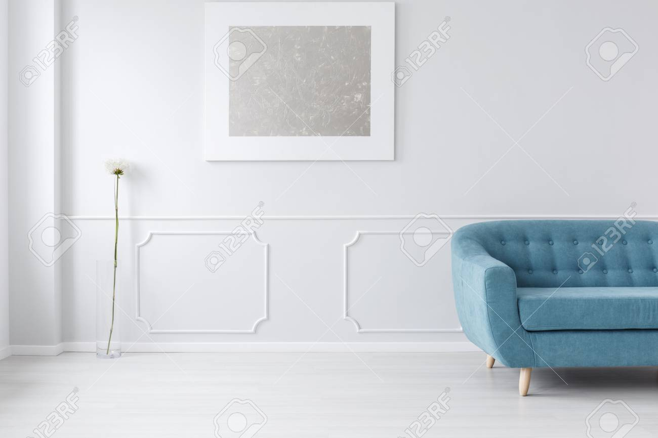 Blauwe Design Bank.Wit Eenvoudig Lobbybinnenland Met Blauwe Bank Het Schilderen En