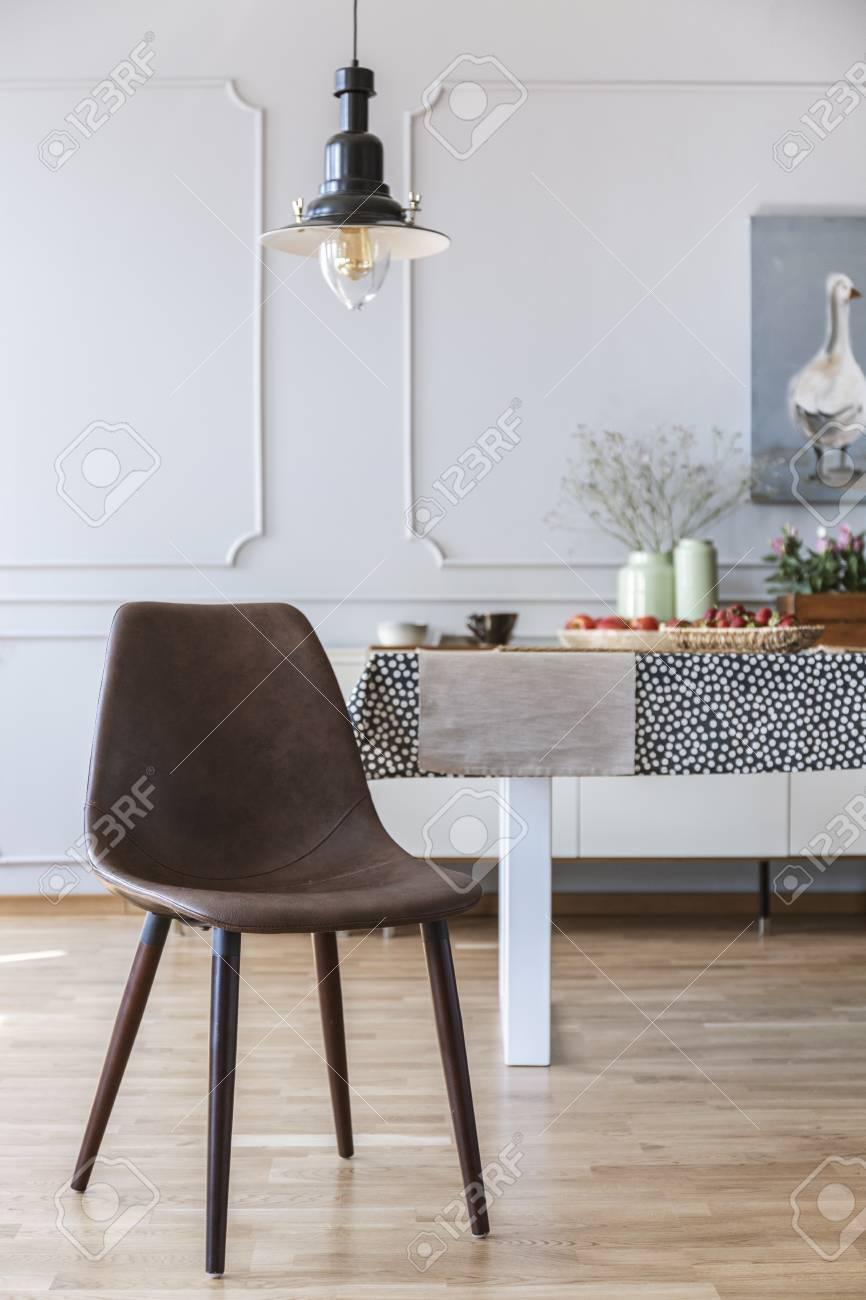de real con blanco en marrón vista real bajo comedor el la interior Silla con mesa lámpara y pared hsrdQtCx
