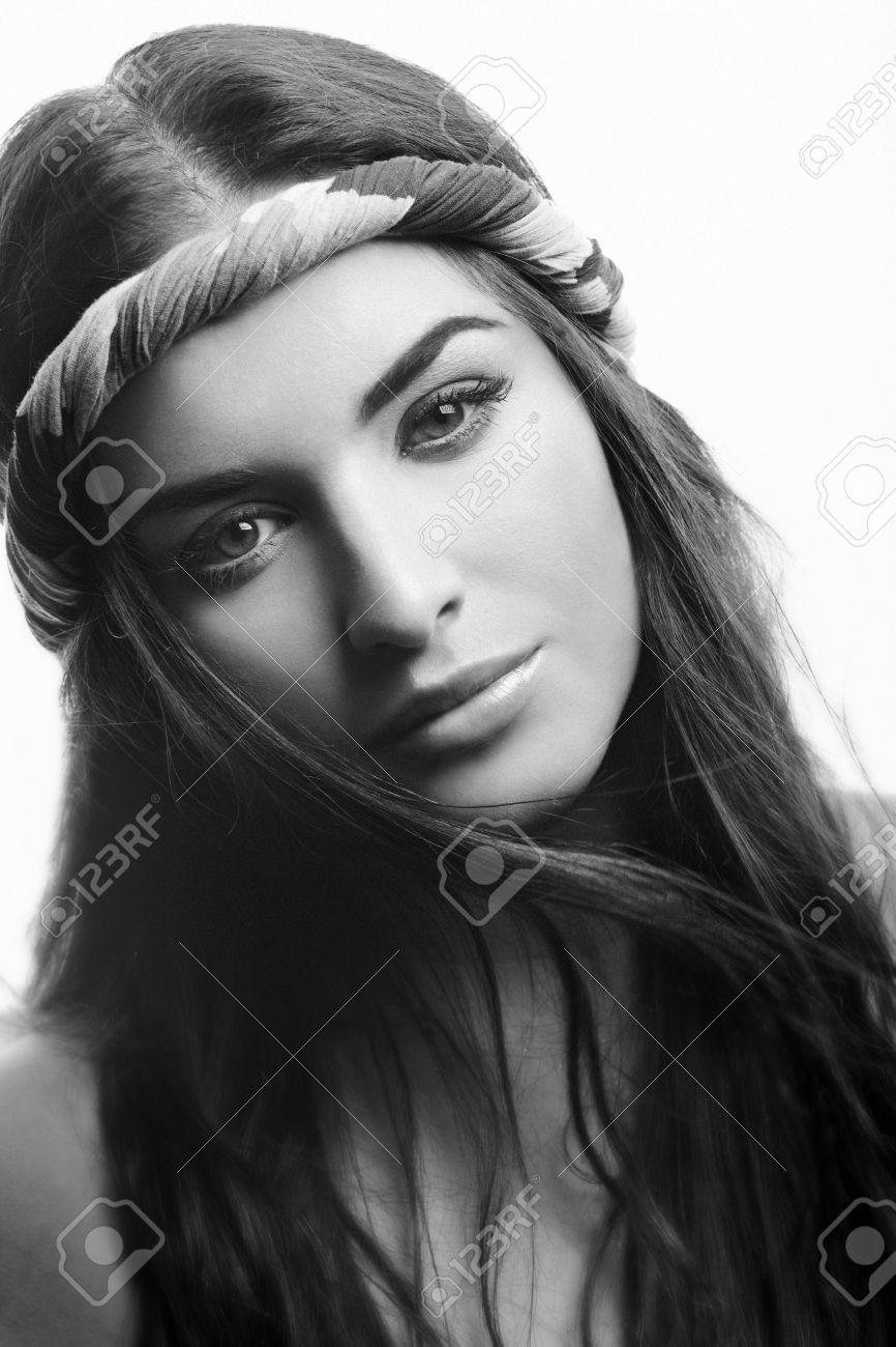 Retrato En Blanco Y Negro De Mujer Guapa Beautuful Inclinó La Cabeza