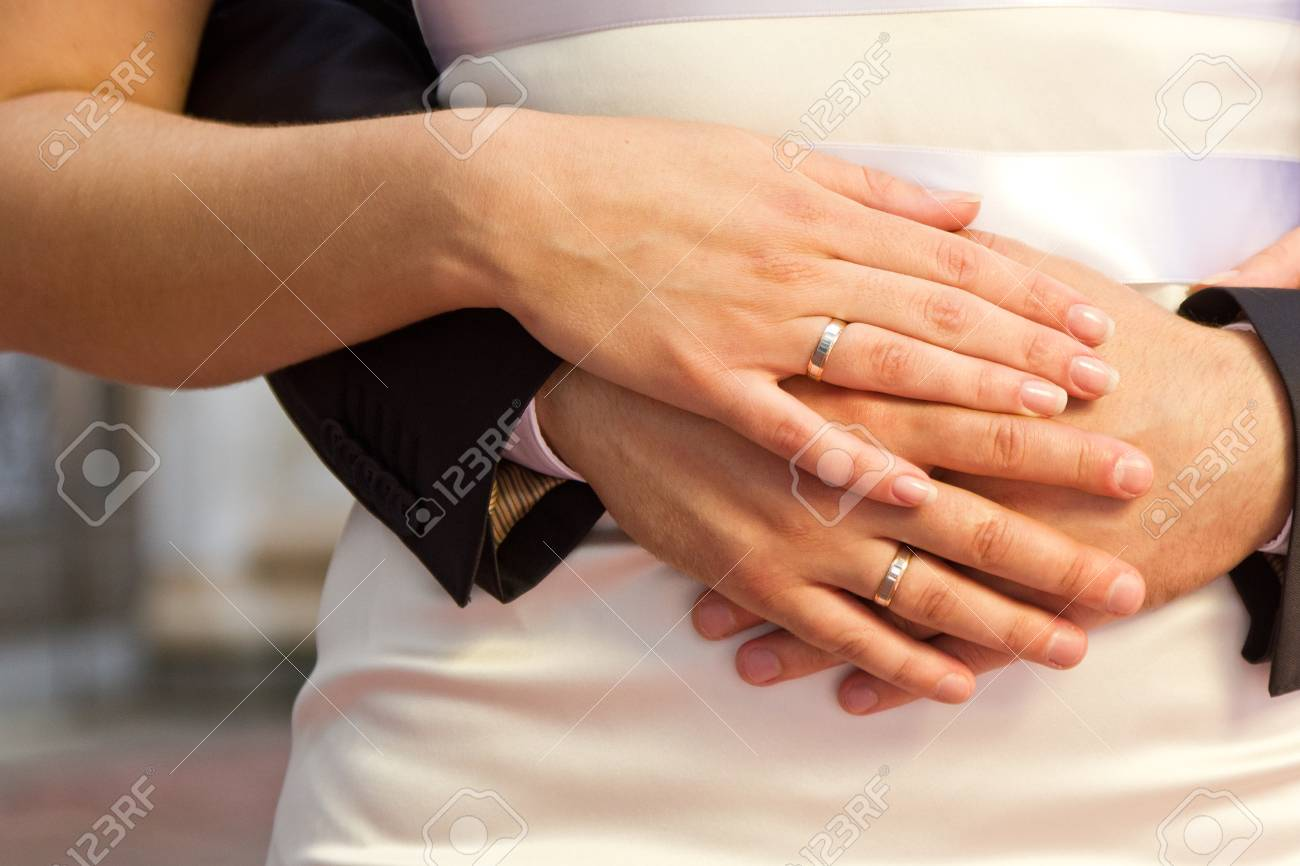 Nahaufnahme Der Hande Von Braut Und Brautigam Mit Hochzeitsringen