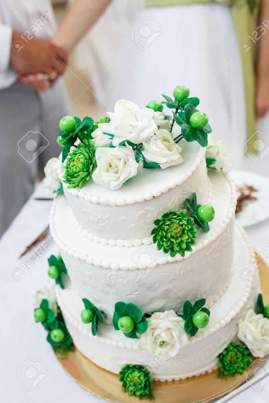 Vert Et Blanc Gâteau De Mariage Avec Des Roses Fleurs De Chrysanthème Et Les Pommes