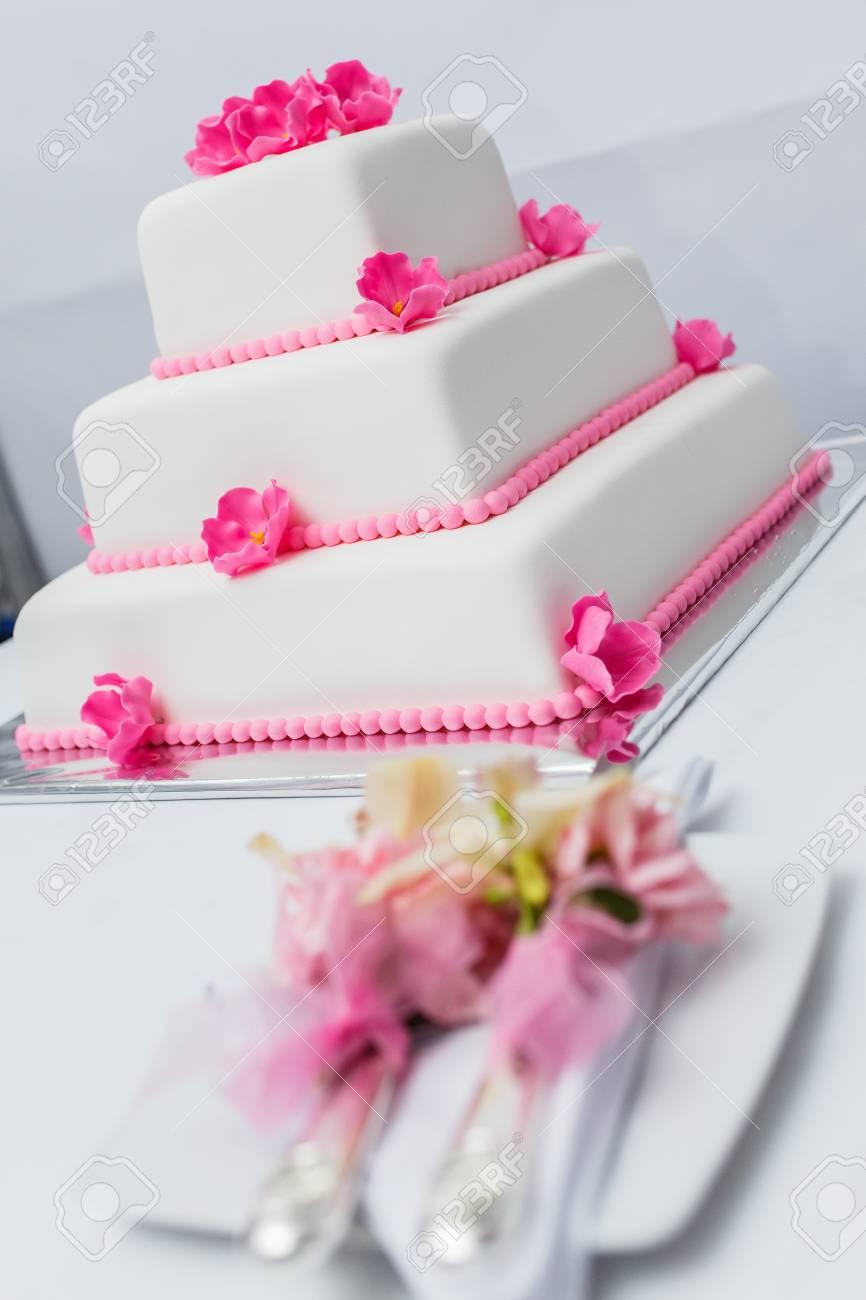 Weisse Hochzeitstorte Mit Rosa Blumen Geschmuckt Lizenzfreie Fotos