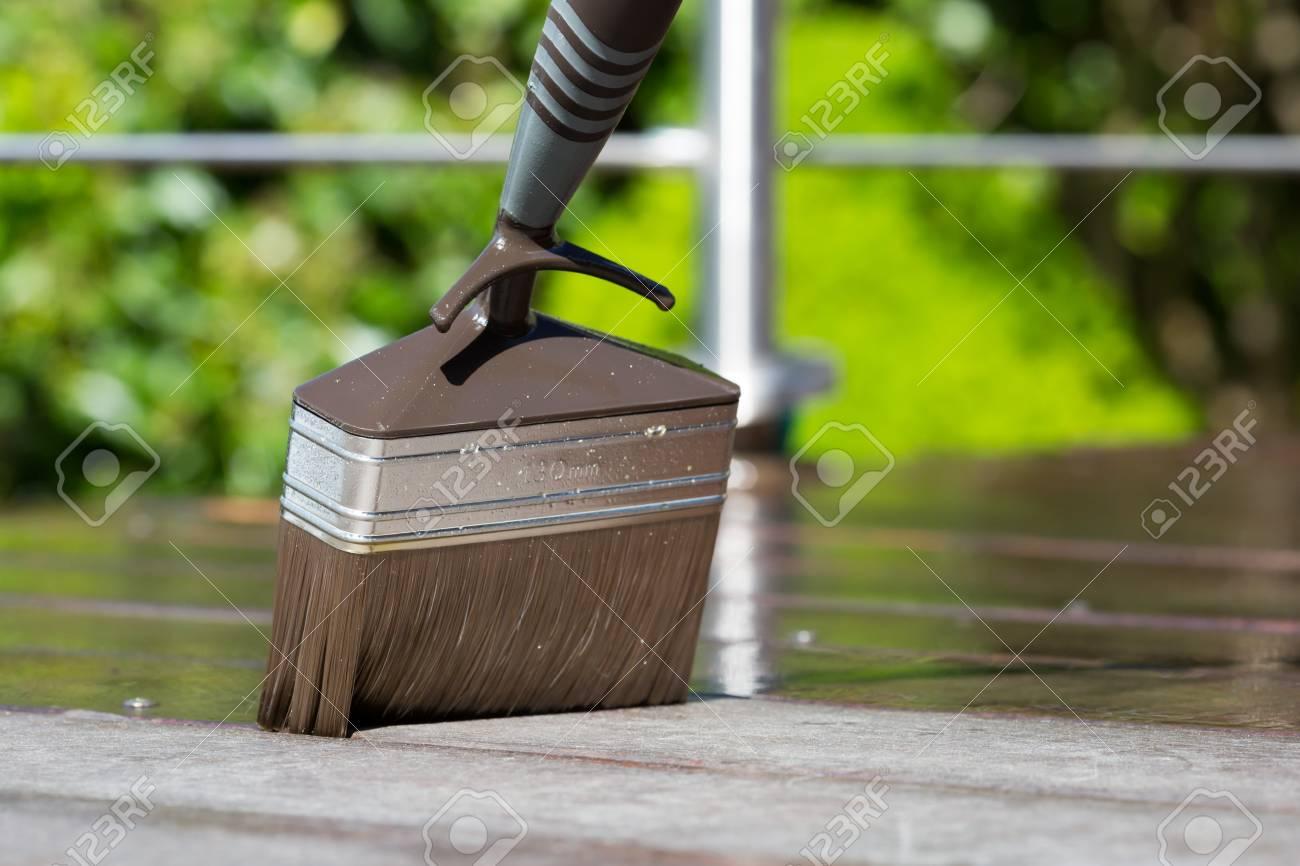Fruhling Wartung Von Luxus Hartholzterrasse Mit Pinsel Und Ol