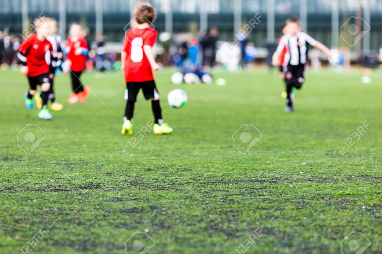 Tappeti Per Bambini Campo Da Calcio : Profondità di campo tiro di ragazzi che giocano una partita di