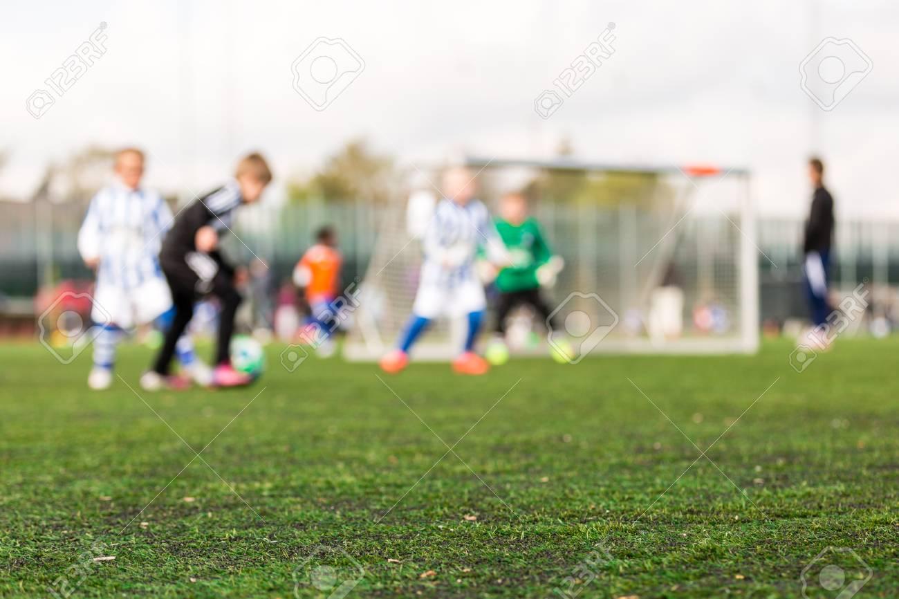 Tappeti Per Bambini Campo Da Calcio : Colpo basso di profondità di campo dei giovani ragazzi che giocano