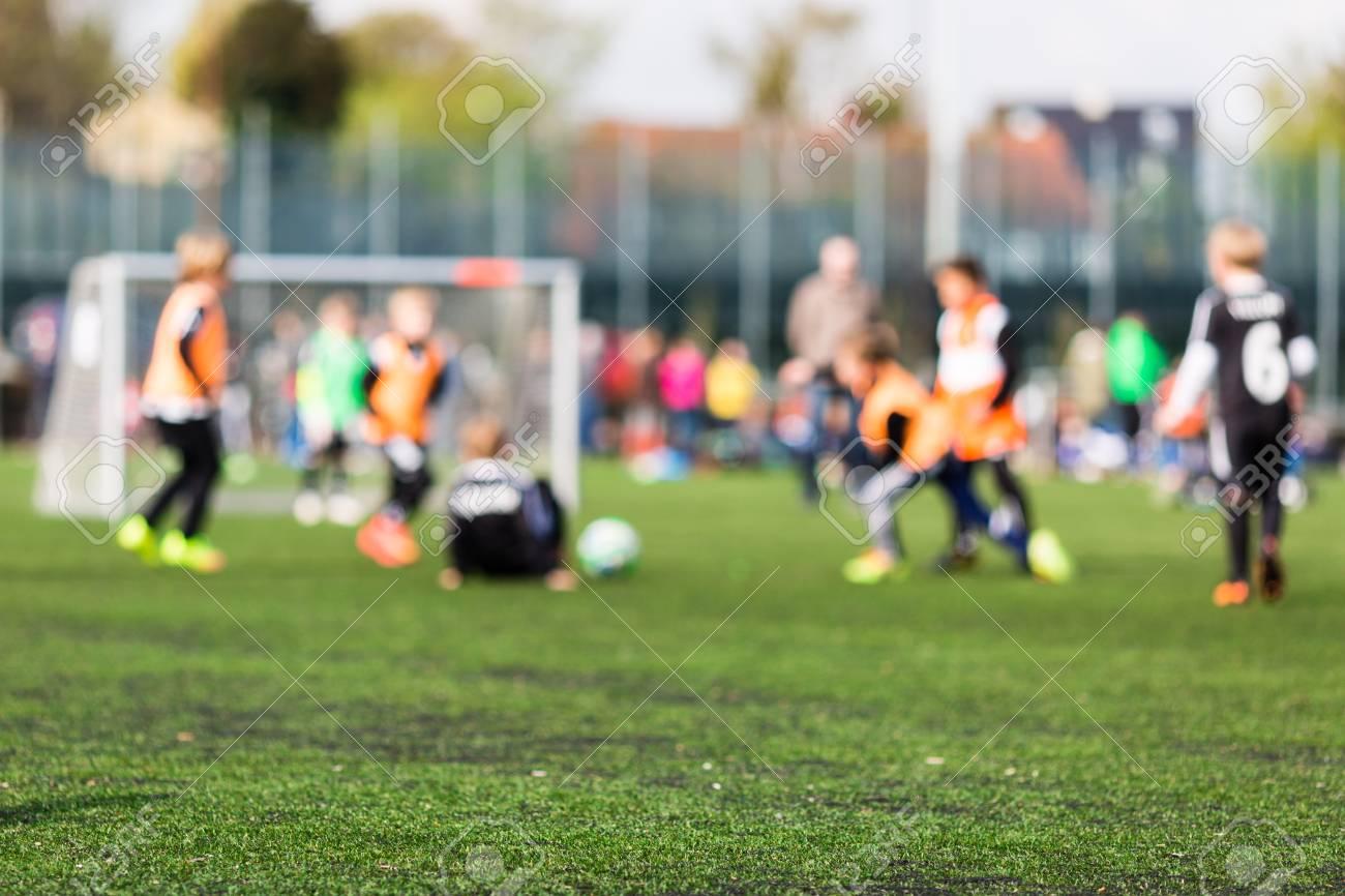 Tappeti Per Bambini Campo Da Calcio : Immagini stock colpo basso di profondità di campo dei giovani