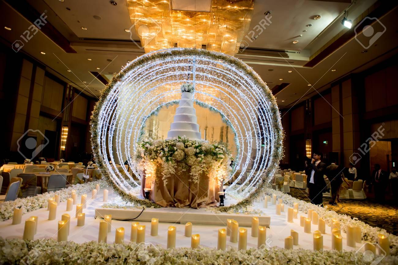 Kronleuchter Mit Blumen ~ Blumen und dekorationen rund um hochzeitstorte mit kronleuchter an