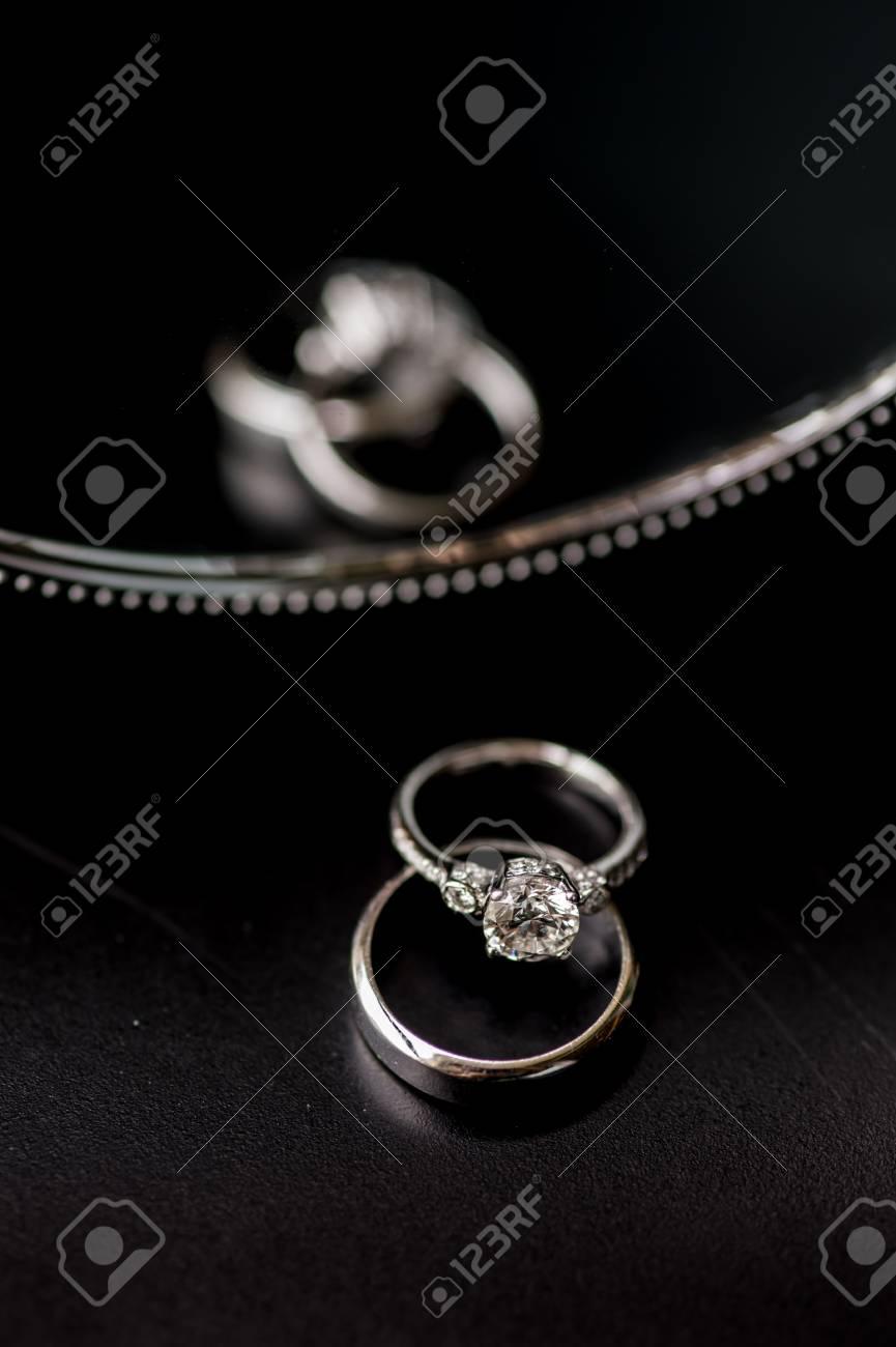 Les Anneaux De Mariage Bagues De Mariage Sur La Table De Verre En Noir Et Blanc