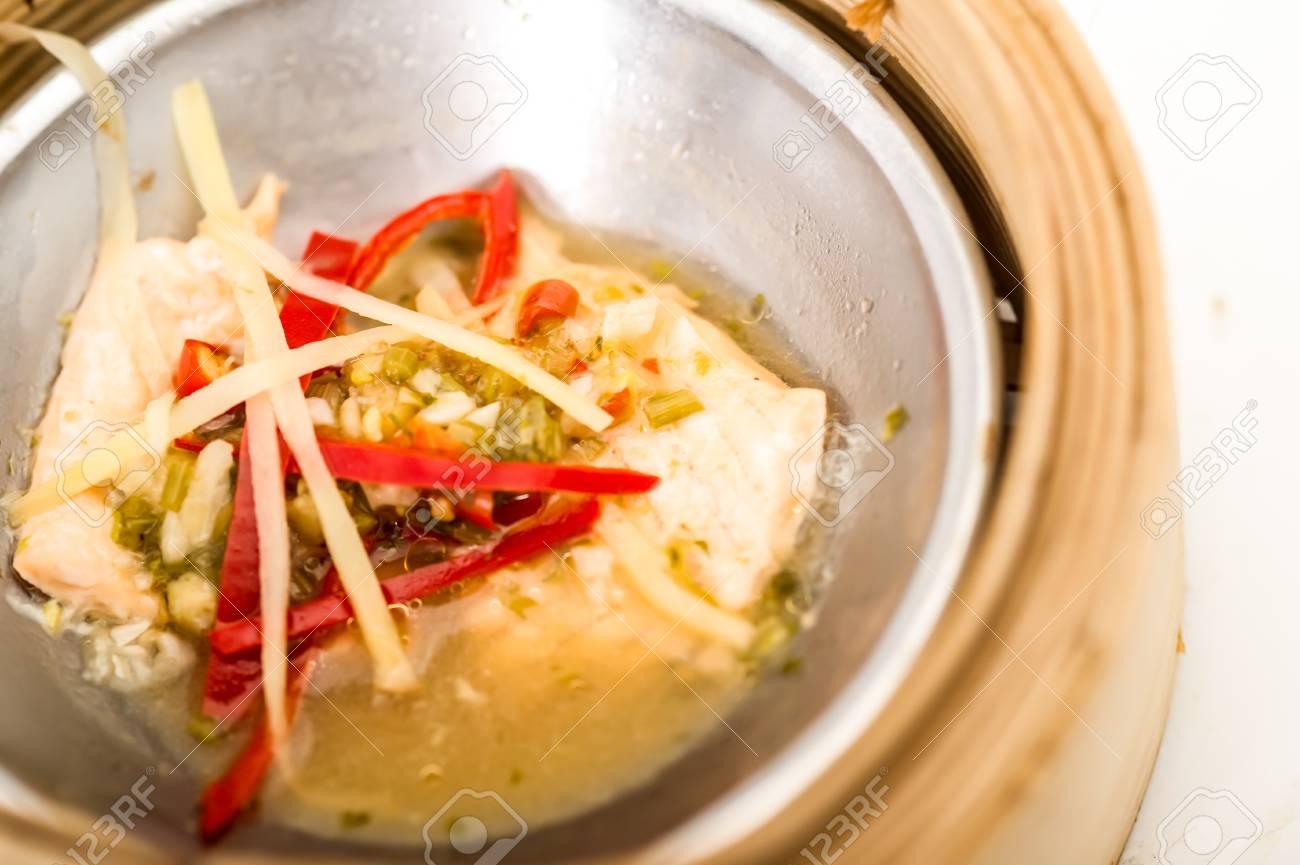 Yumcha, dim sum in steamer di bambù, cucina cinese