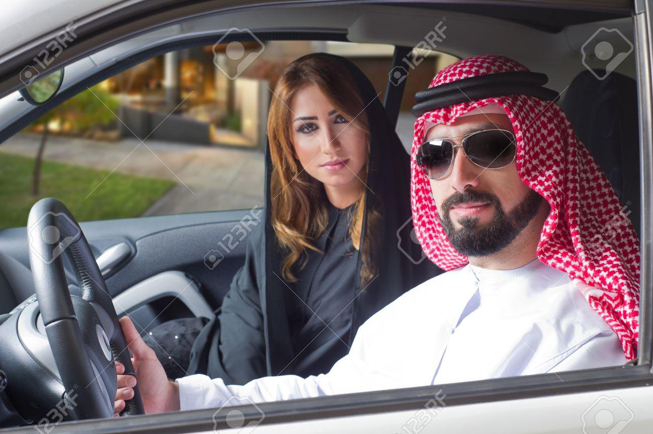 Pareja árabe En Un Coche Comprado Newely Disfrutar De La Vida Fotos ...