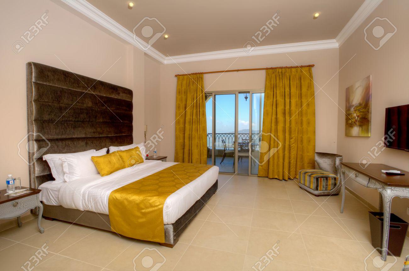 5 estrellas habitación de lujo del hotel con las cortinas abierto foto de archivo 33876874