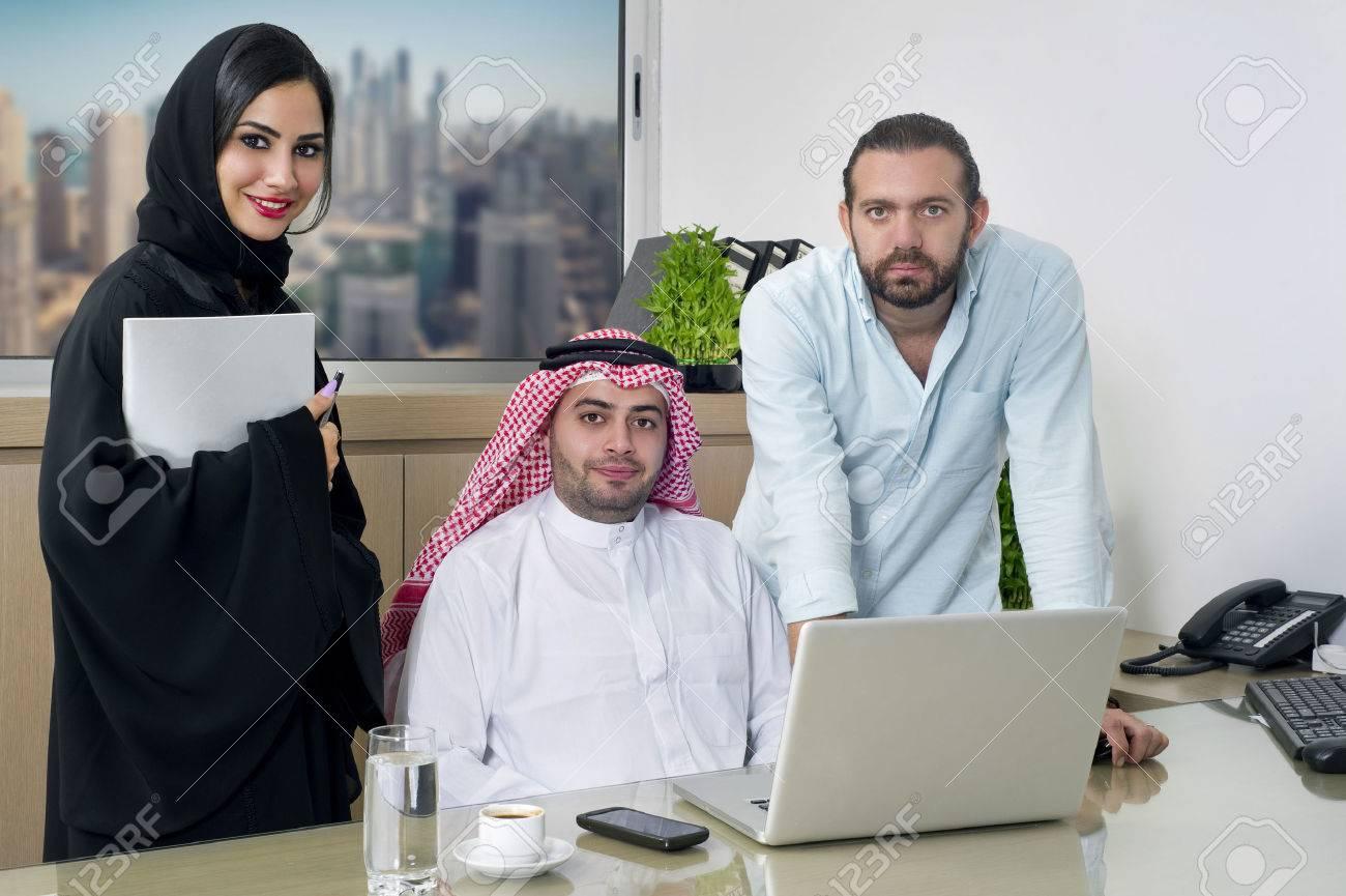 Femme arabe travaillant au bureau de démarrage u photographie fs