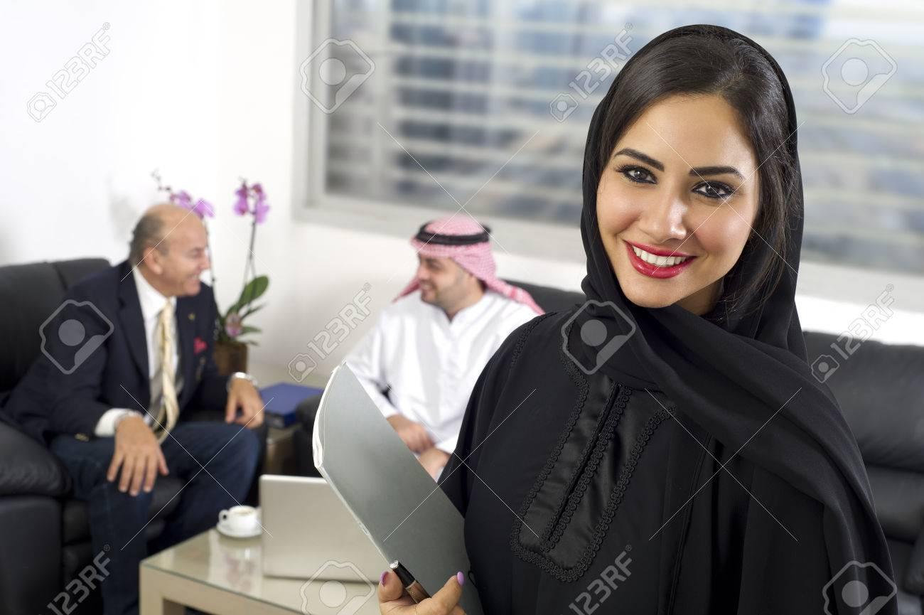 D affaires arabe dans le bureau avec réunion de gens d affaires