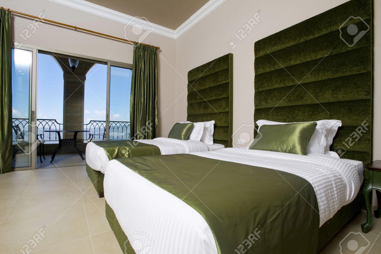 Luxuriose Hotelzimmer Mit Balkon 5 Sterne Luxus Hotel Schlafzimmer Lizenzfreie Fotos Bilder Und Stock Fotografie Image 34807043
