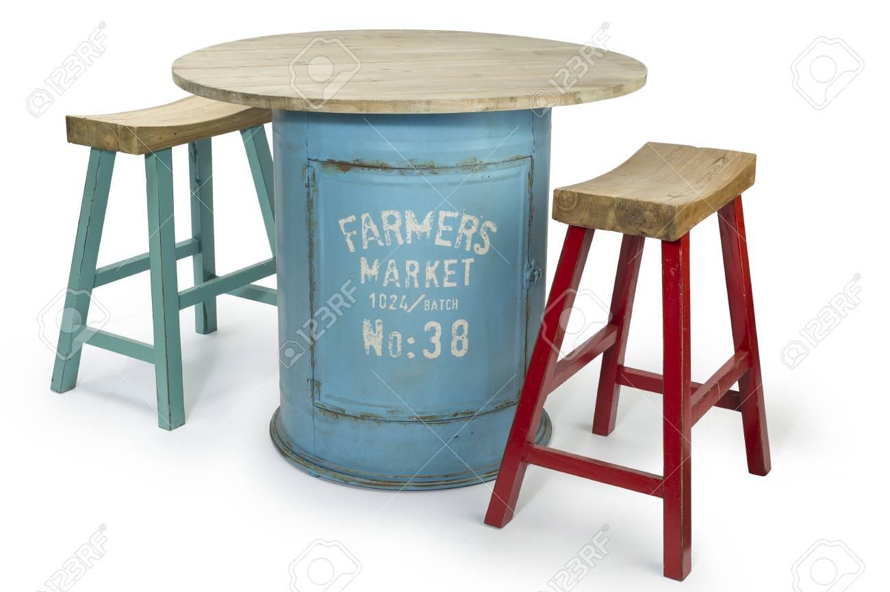Table Baril table baril vintage avec deux chaises modernes haut, chemin de