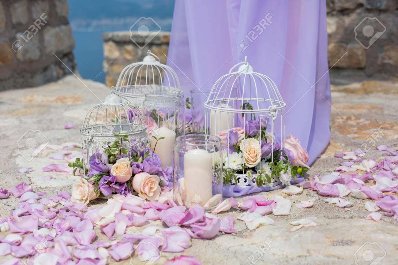 Weisser Kafig Mit Naturlichen Rosen Als Dekoration Auf Hochzeit