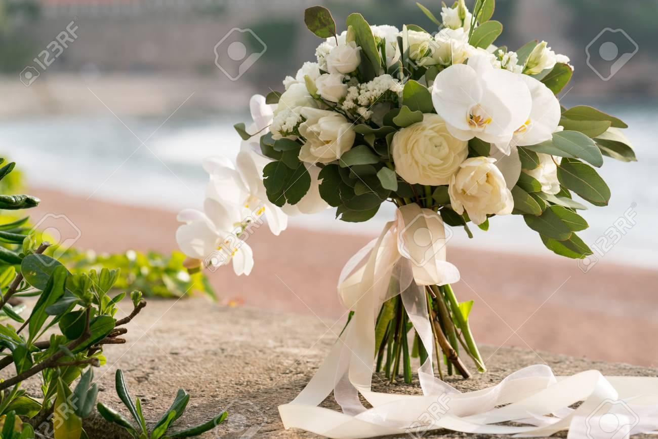 Bouquet Da Sposa Orchidee.Bouquet Da Sposa Di Orchidee Ranuncoli Tulipani Ed Eucalipto Bianco E Verde