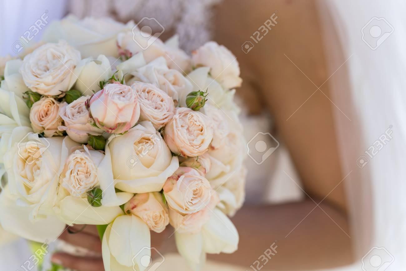 Ein Brautstrauss Aus Rosen Und Tulpen Die Die Braut Halt