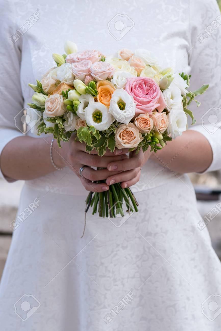 Bouquet Sposa Fresie.Immagini Stock Un Bouquet Da Sposa Di Rose Fresia Eustoma Che