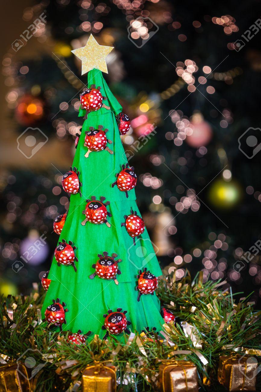 Büttenpapier Weihnachtsbaum Mit Schokolade Marienkäfer Vor Einem ...