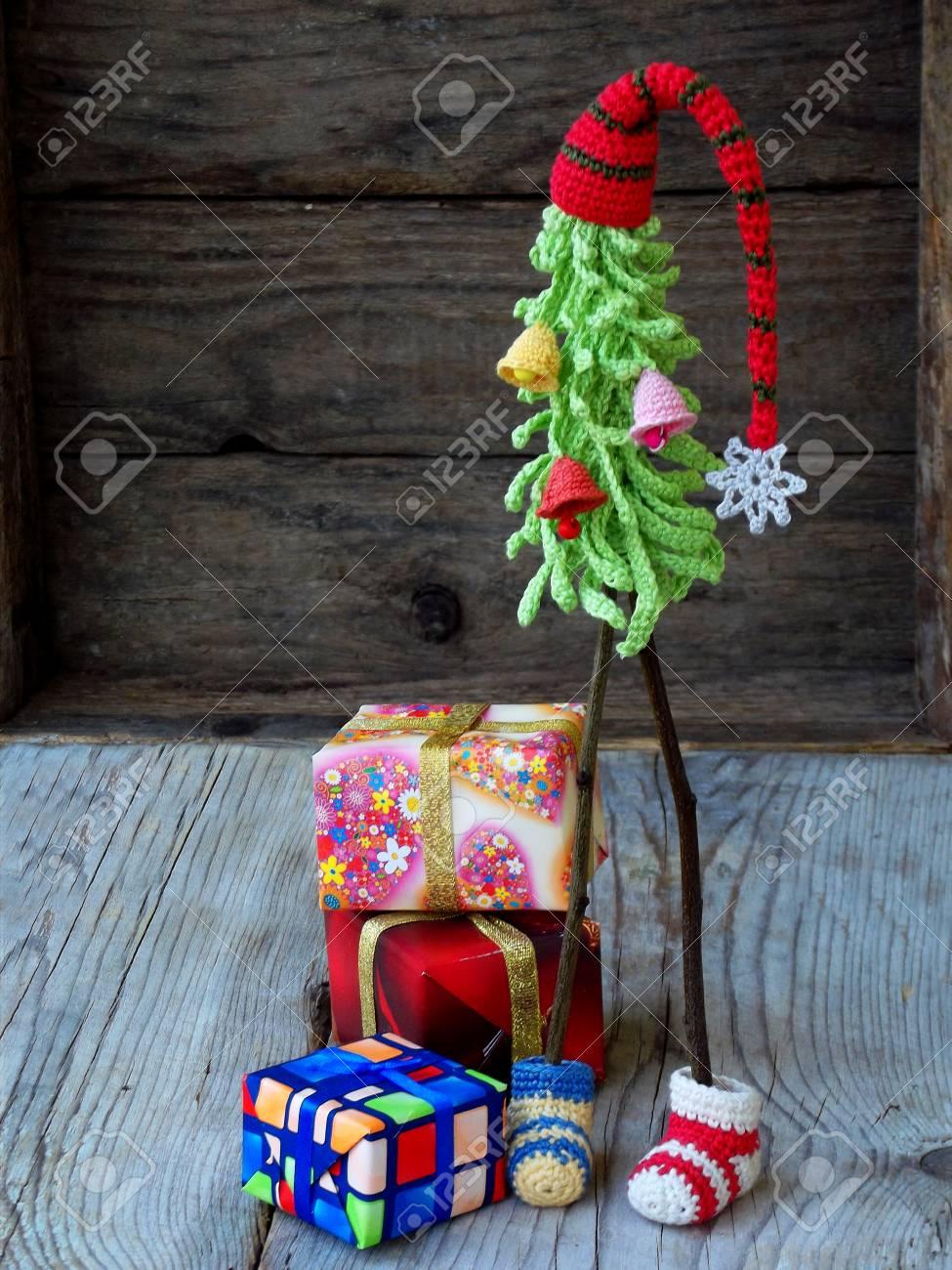 Kreative Häkeln Weihnachtsbäume Mit Geschenken Auf Hölzernem