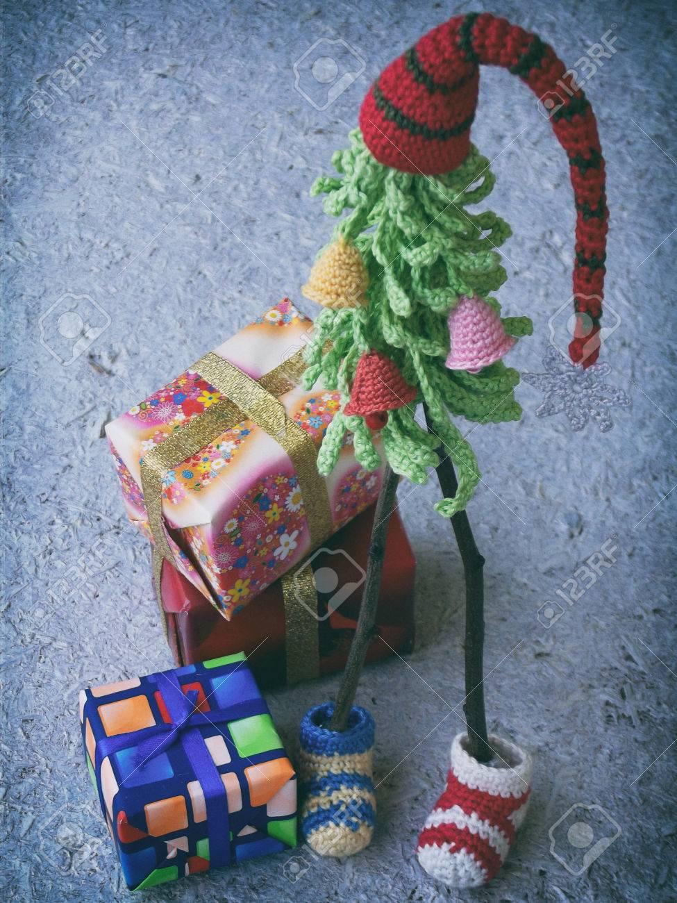 Kreative Häkeln Weihnachtsbäume Mit Geschenken Auf Hölzernem ...
