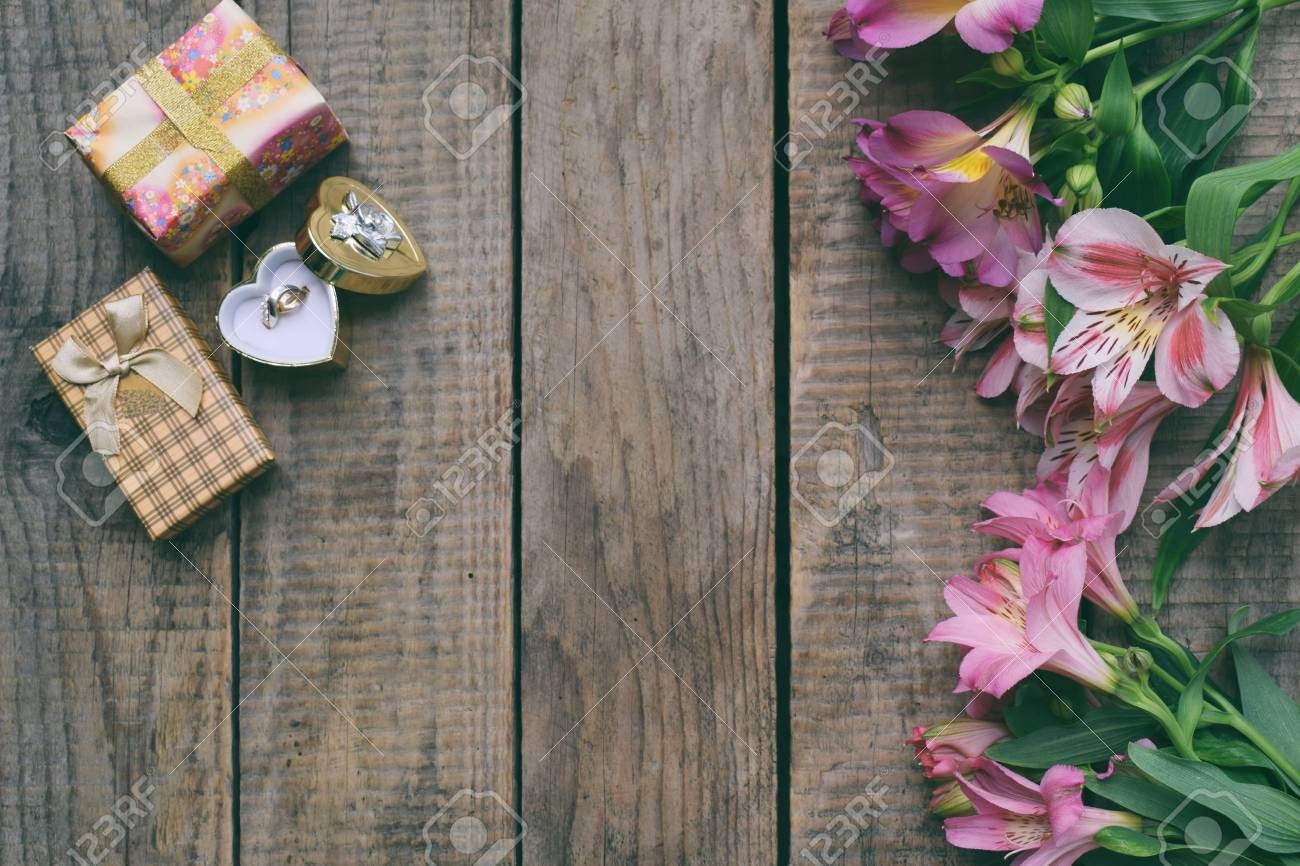 Bellissimi Fiori Di Giglio Rosa Anello E Regali Priorità Bassa Festiva Per Il Compleanno Festa Della Mamma San Valentino 8 Marzo Cartolina