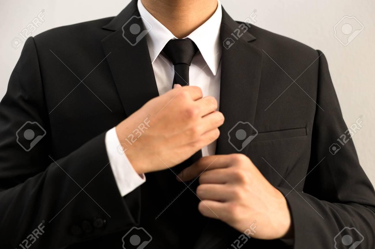 Chaussures 2018 acheter pas cher sortie en vente Homme d'affaires en costume noir avec cravate noire prête pour le travail