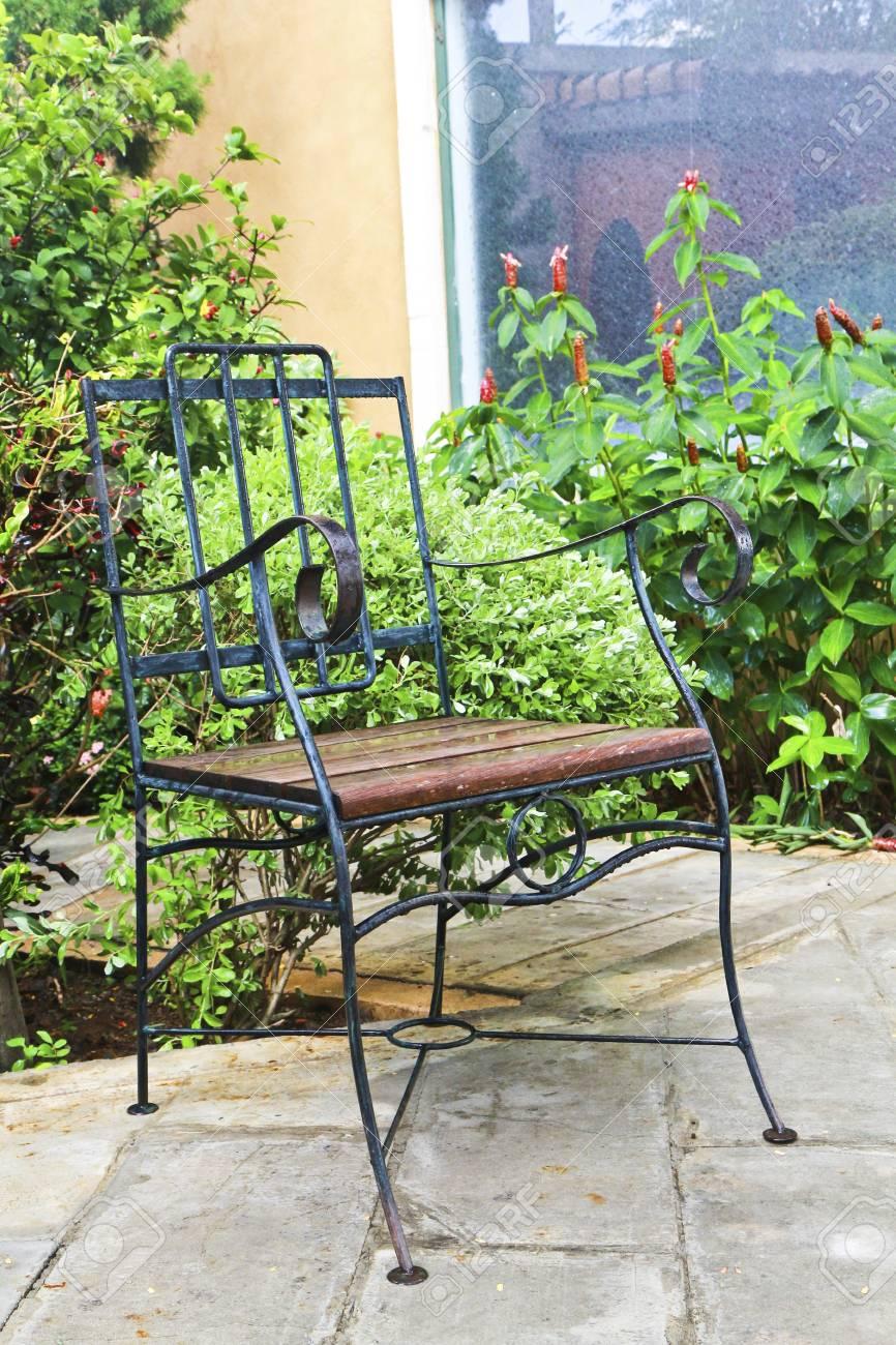 Eisen Stuhl Im Garten Mit Baumen Lizenzfreie Fotos Bilder Und Stock
