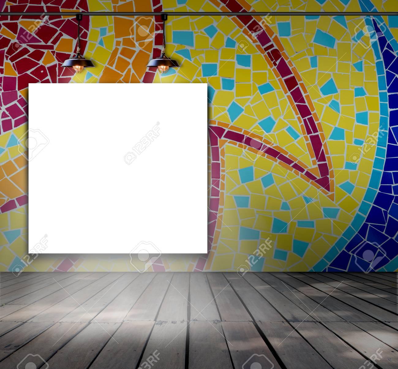 Leeren Rahmen Auf Mosaik-Fliesen Wand Mit Deckenleuchte Für ...