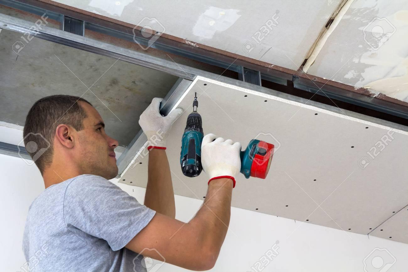 Bauarbeiter Montieren Eine Abgehängte Decke Mit Trockenbau Und ...