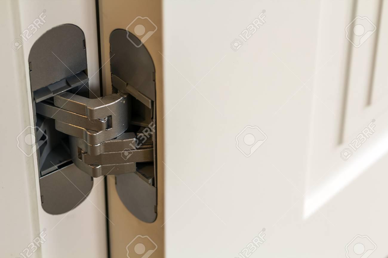neue moderne metalltür scharniere auf weißen holztüren lizenzfreie