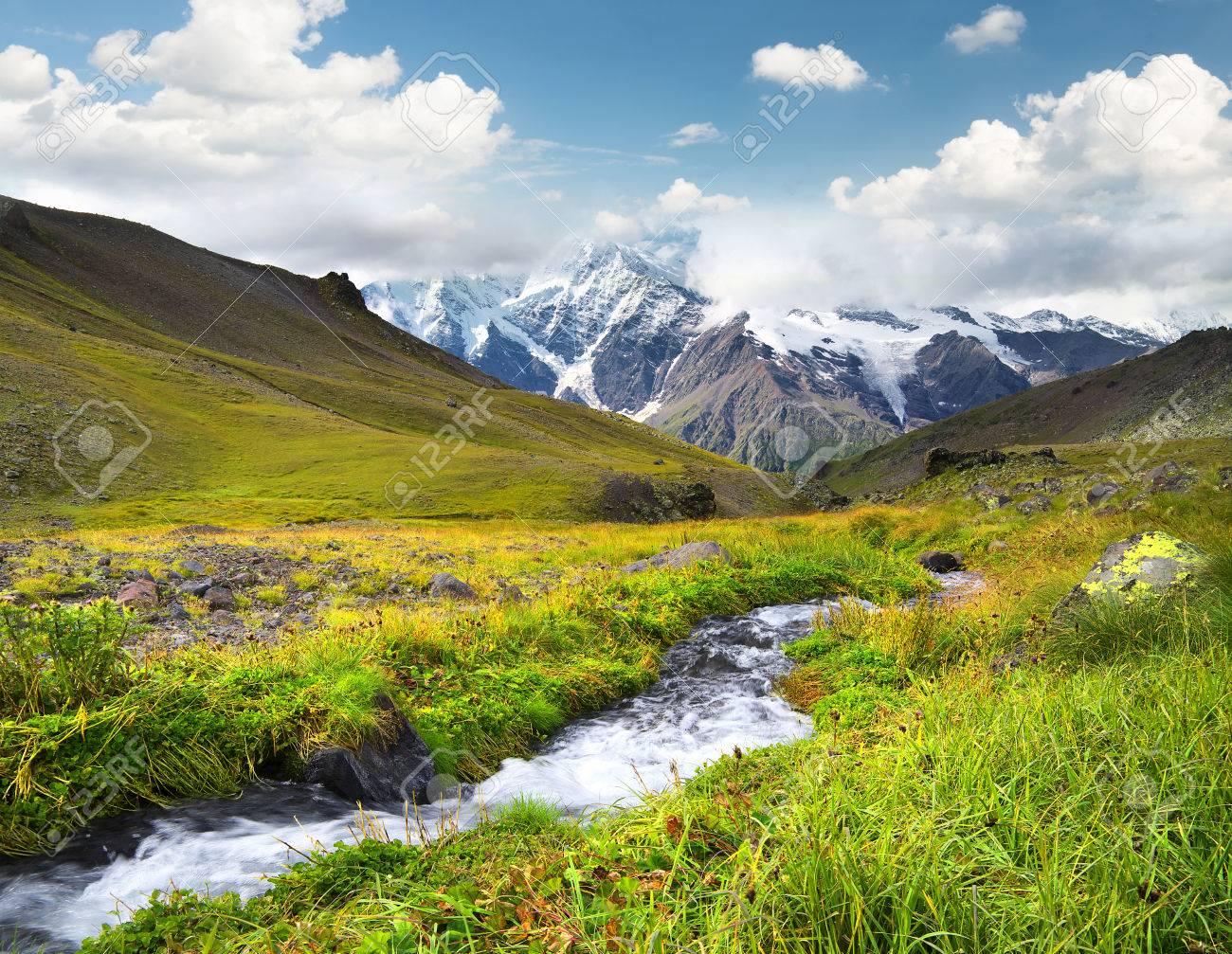 Río En Valle De Montaña Hermoso Paisaje Natural Fotos Retratos