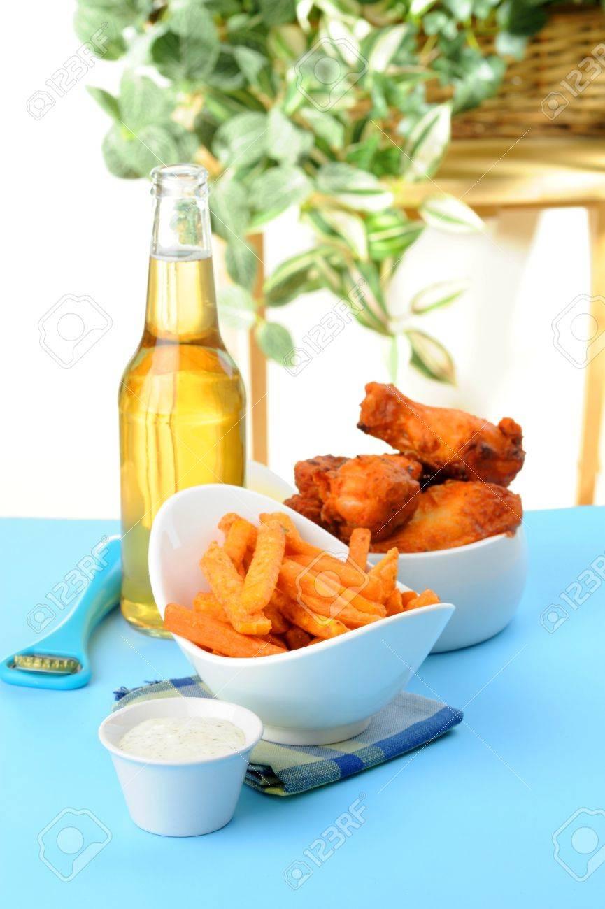 Croustillant De Patates Frites Servi Avec Des Ailes De Poulet Cuites