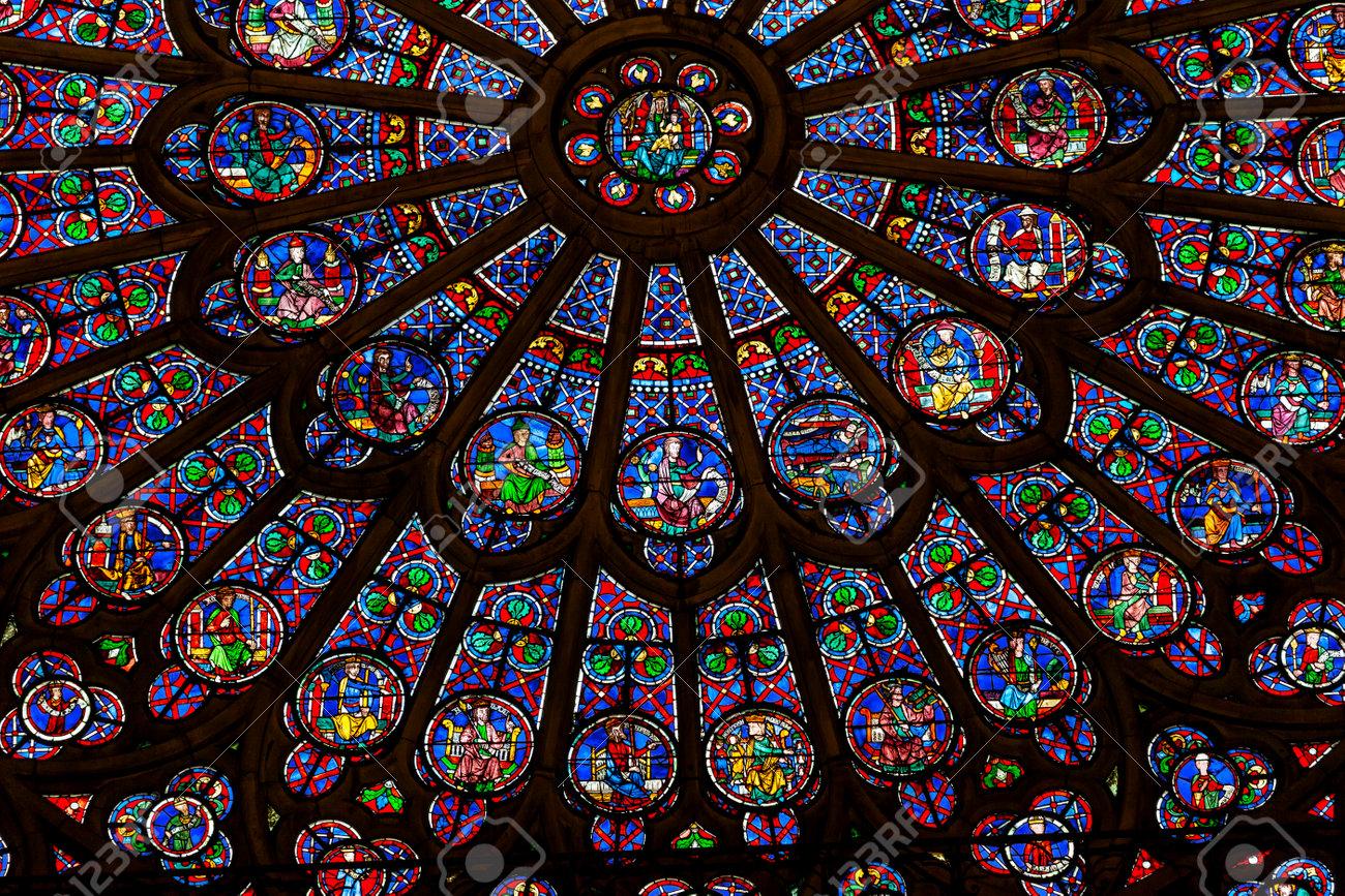 Mais comment Notre-Dame de Paris a-t-elle pu brûler ? - Page 6 48184107-rose-du-nord-vierge-marie-j%C3%A9sus-fen%C3%AAtre-disciples-vitrail-cath%C3%A9drale-notre-dame-de-paris-en-france-notre-d