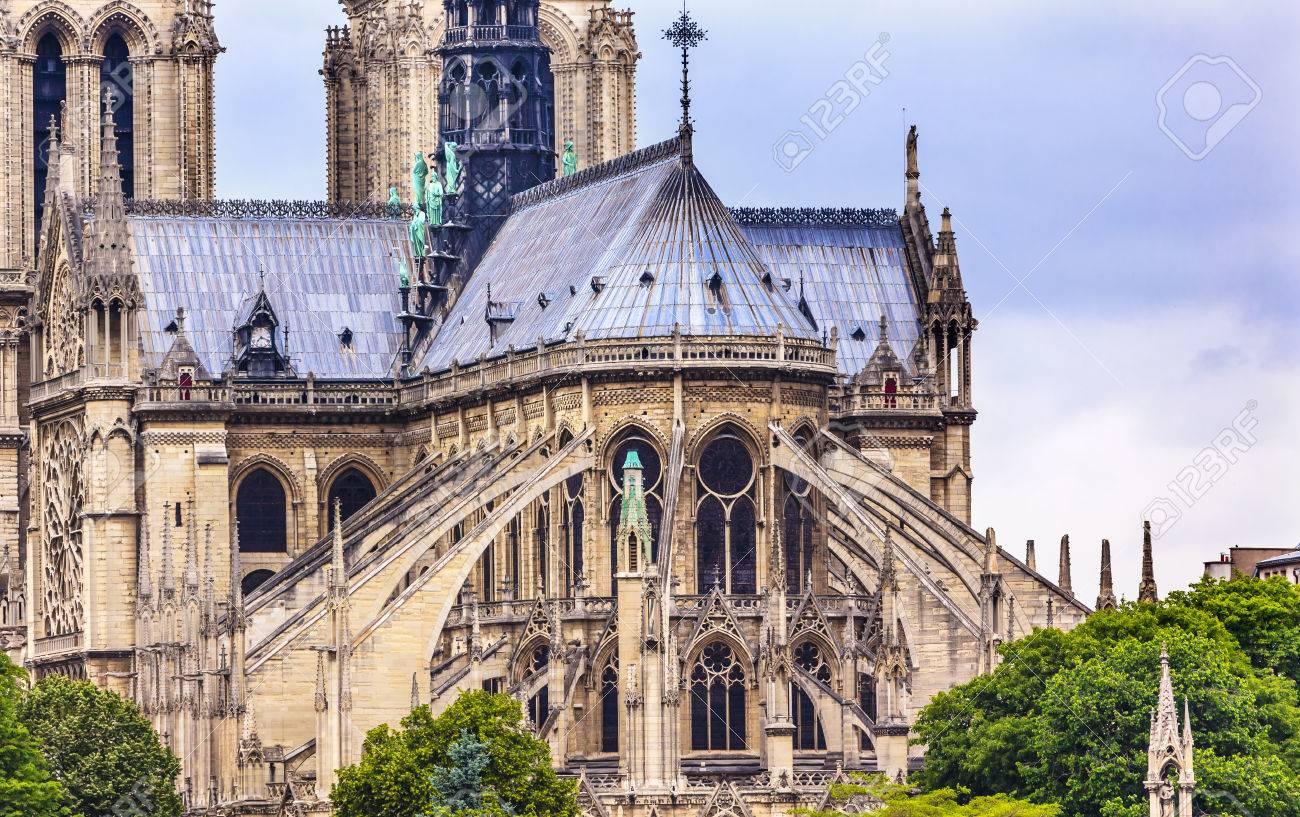 フライング Butresses 尖塔塔曇り空ノートルダム寺院大聖堂パリ フランス。 ノートルダム寺院