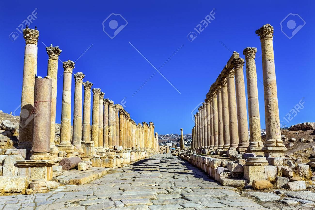 コリント式柱古代ローマ道都市ジェラシュ ヨルダン。 ジェラシュは ...