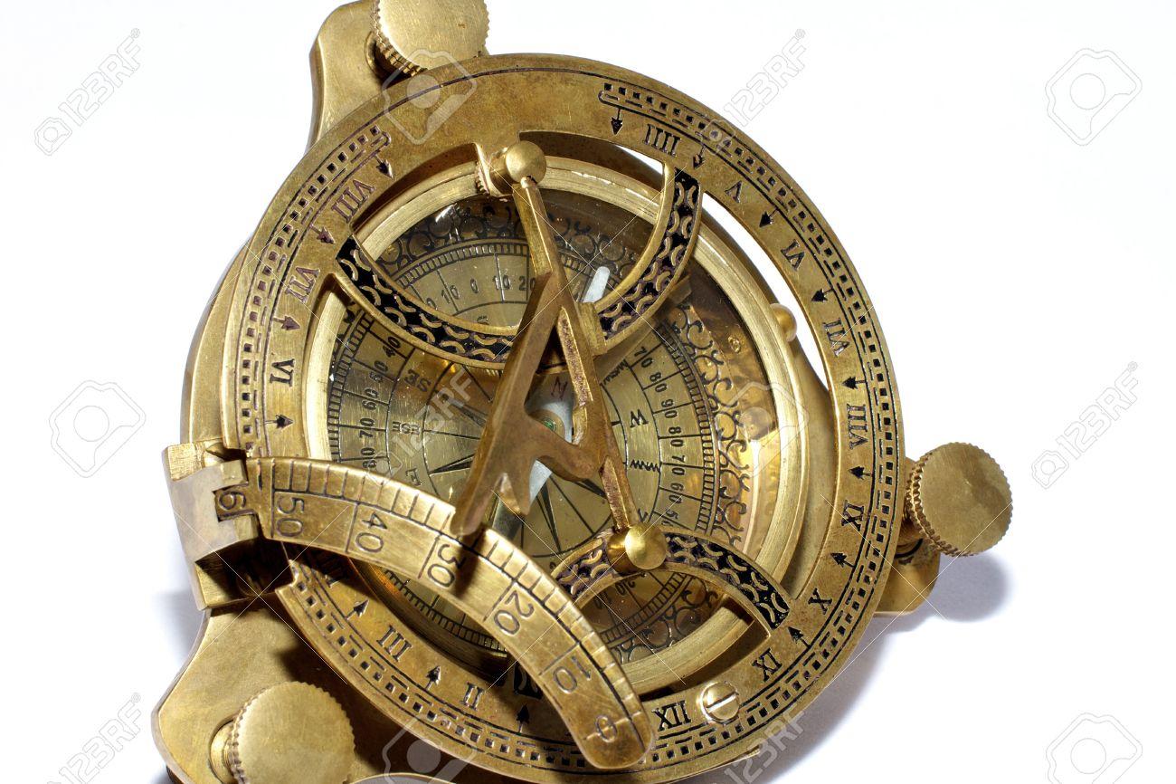 7ffd708fff24 Foto de archivo - La brújula y el reloj de sol de estilo antiguo en el  fondo blanco