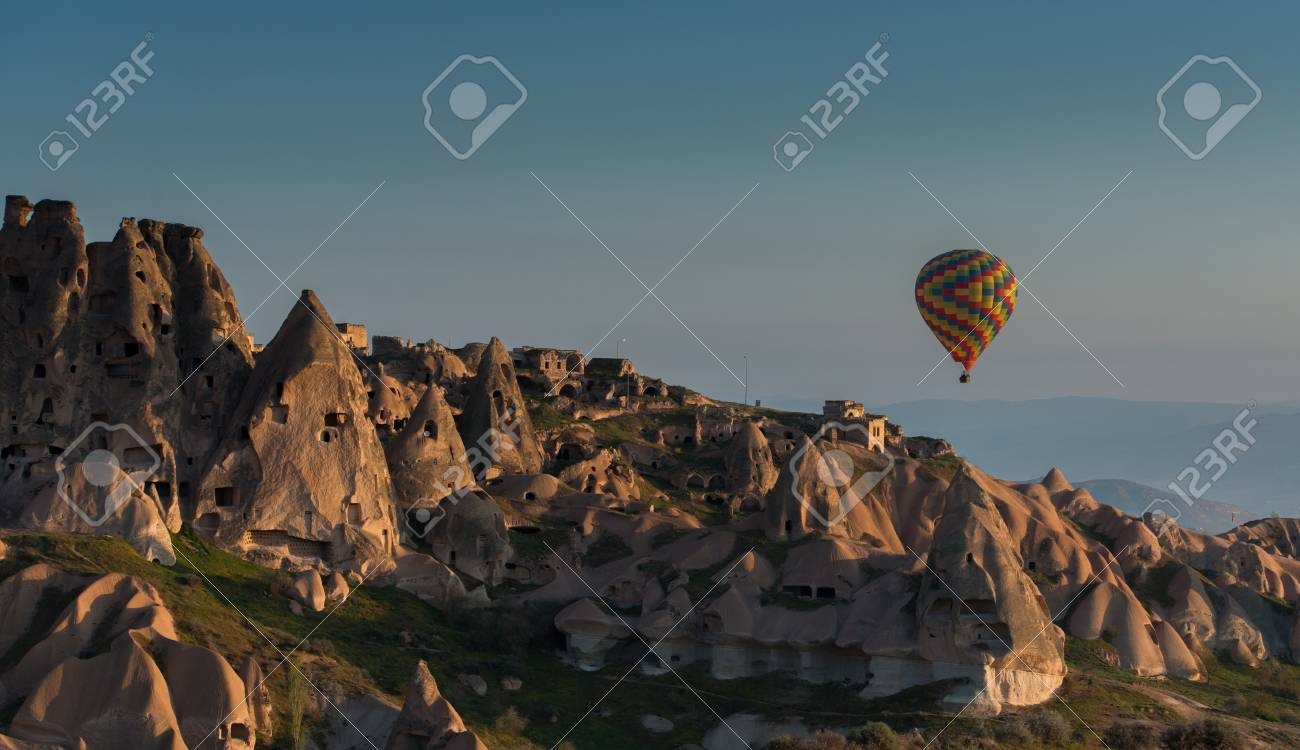 Ballon A Air Chaud Au Dessus Des Cheminees De Fees En Cappadoce En