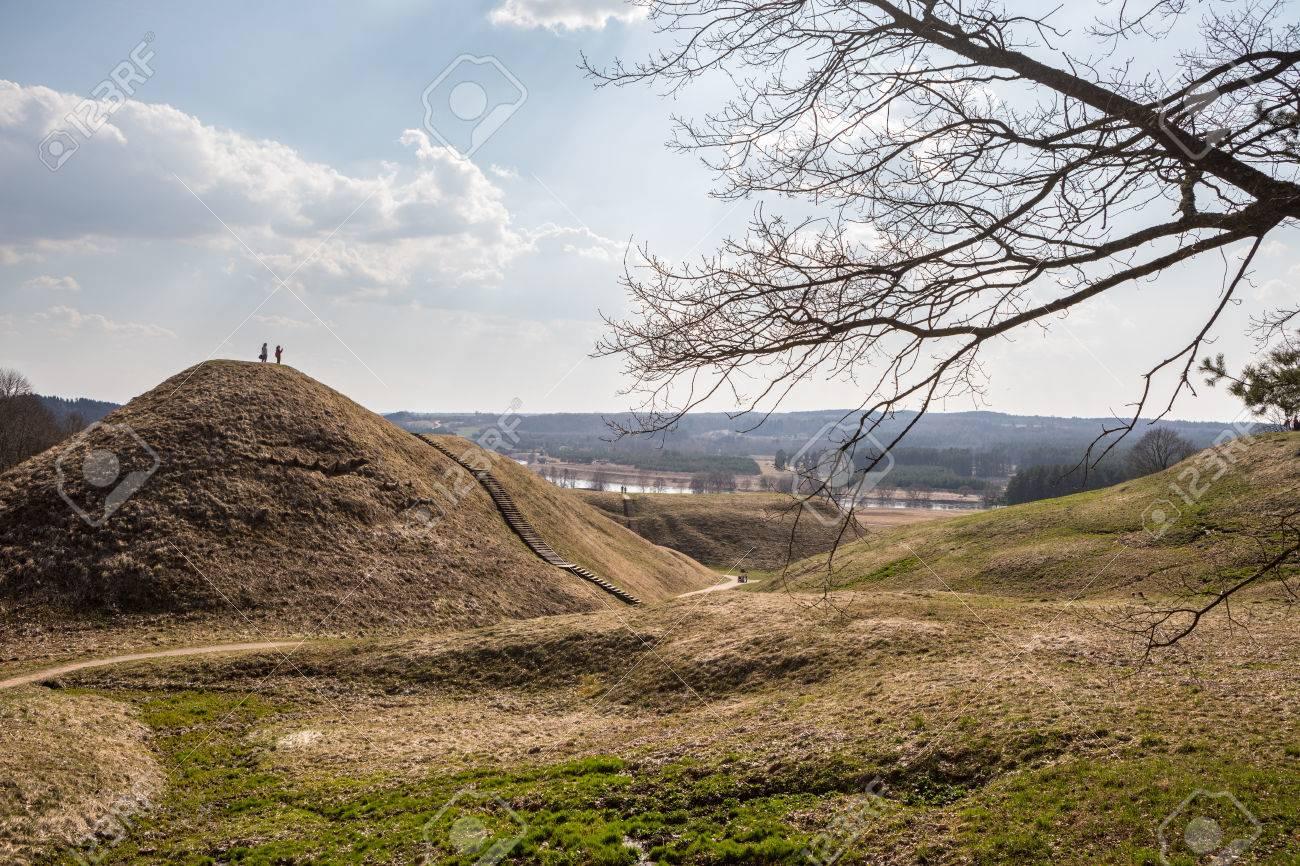 a3baa202a2c623 April 2017  Touristen klettern auf Hügel Hügel in litauischer