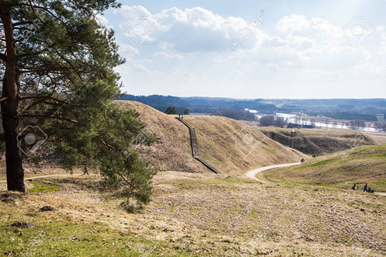 b20df8cca17d84 April 2017  Touristen klettern auf Hügelhügel in der litauischen
