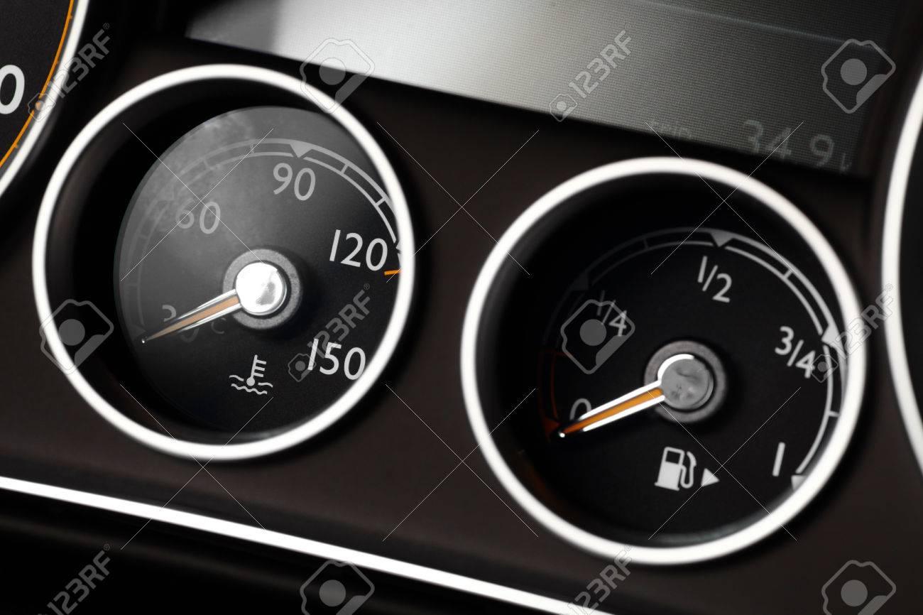 Armaturenbrett auto  Kühlmitteltemperatur Und Kraftstoffstandanzeiger Auf Ein Auto ...