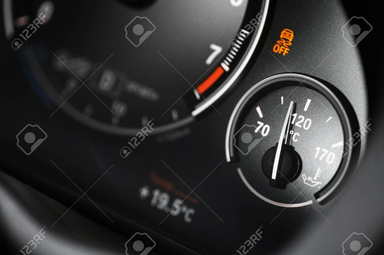 Armaturenbrett  Kühlmitteltemperaturanzeige Am Armaturenbrett Eines Autos ...
