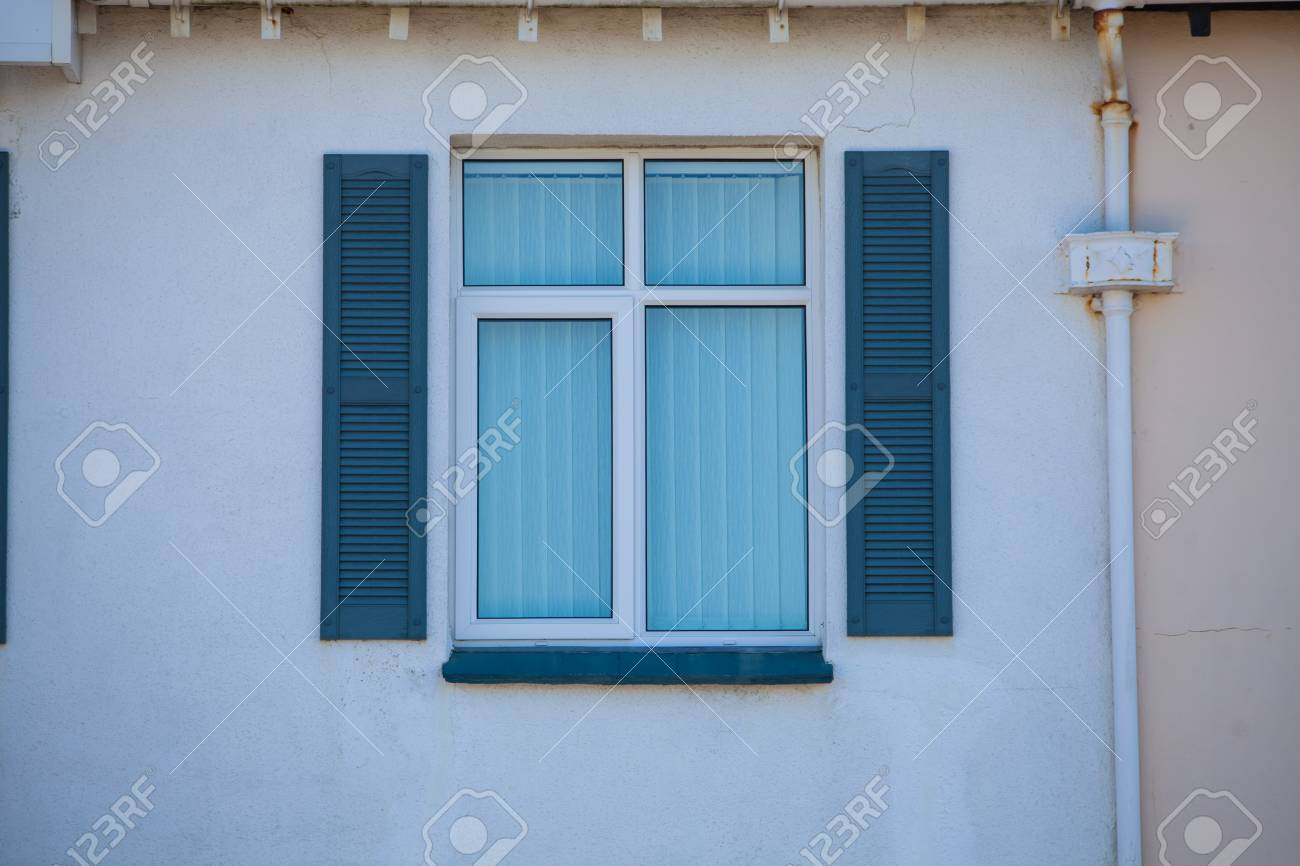 Couleur Façade Maison Ancienne image couleur d'une fenêtre bleue d'une maison ancienne.