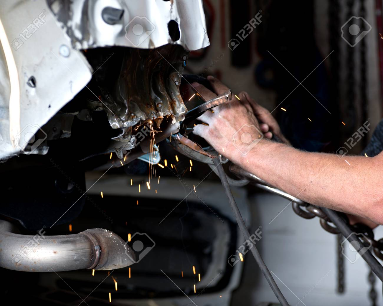 Trabajador Está Moliendo, Reparación De Automóviles En La Máquina De ...