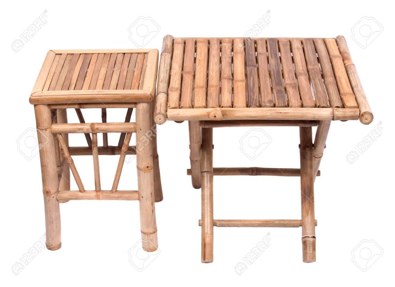Table Pliante En Bambou Naturel Avec Chaise Isole Sur Fond Blanc